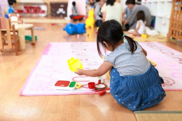 保育園の室内で遊ぶ女の子の写真