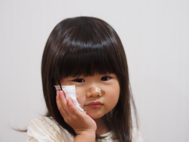 怪我をした女の子のイメージ写真