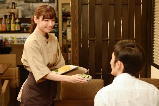 飲食店スタッフの接客イメージ写真