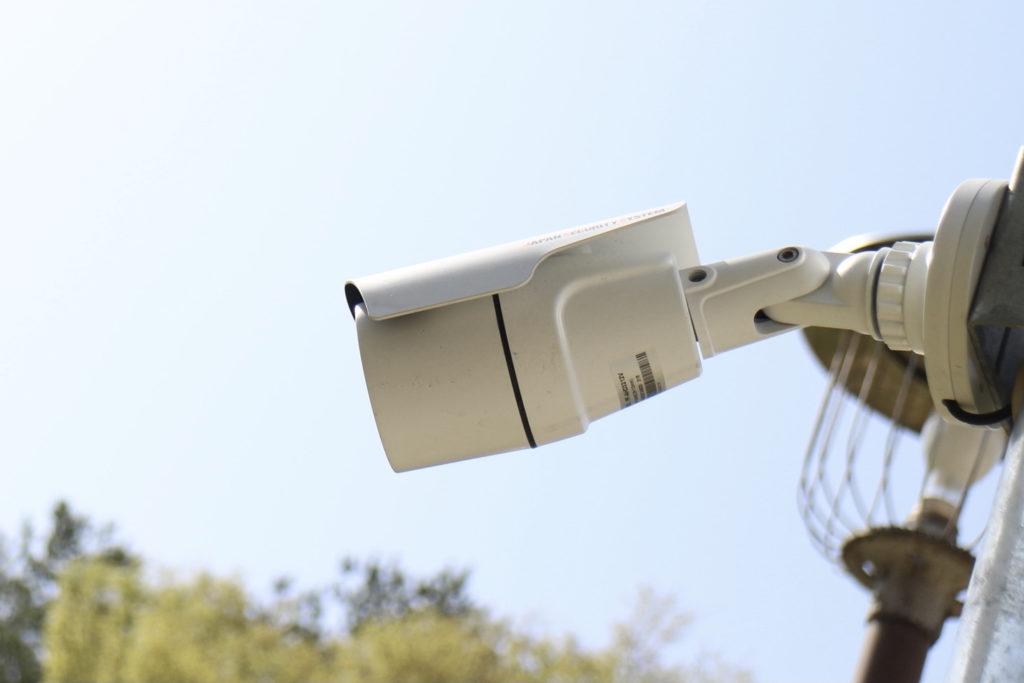 屋外に設置された防犯カメラの写真