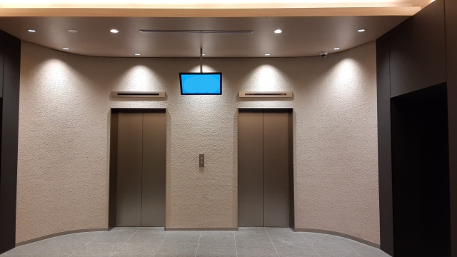 エレベーター前の防犯カメラ映像を表示するモニター