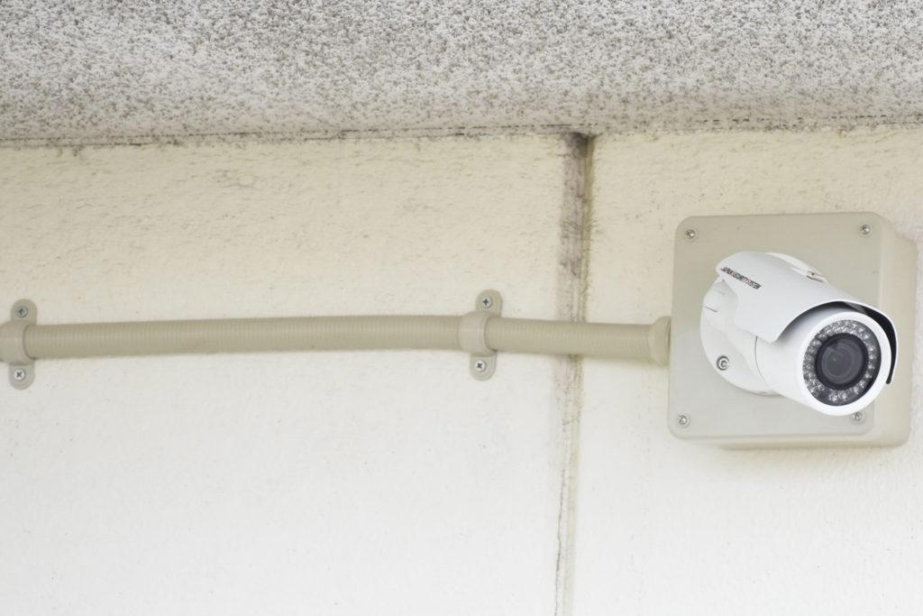 防犯カメラと配線の写真