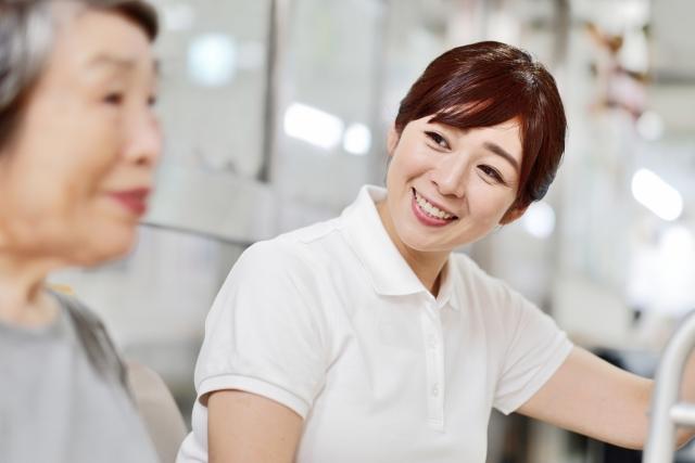 介護士が挨拶する写真