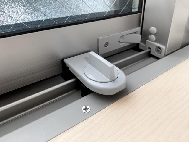 窓についた補助錠の写真