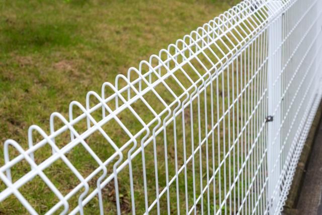敷地外周のフェンスの写真