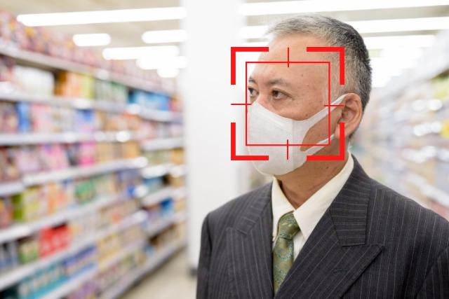 買い物中の男性客をAI顔認証している写真